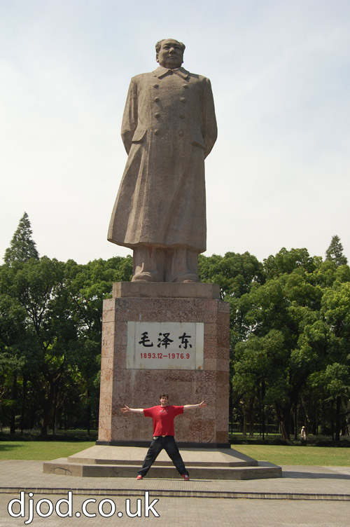 Who's taller, Oliver Denton or Chairman Mao? (谁更高?Oli还是毛主席?)